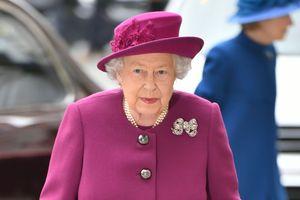 В ярком пальто цвета фуксии: новый выход Елизаветы II