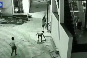 Видеошок: ребенок, выпавший из окна, чудом спасся, приземлившись на спину друга