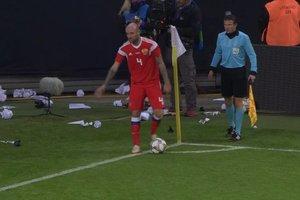 Футболиста сборной России забросали бумагой в Германии