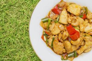 Рецепт дня: курица в воке с перцем и кешью