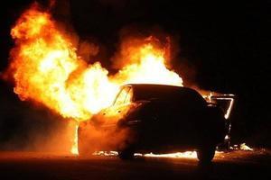 Киевлянин спас автомобиль, припаркованный возле горящей машины