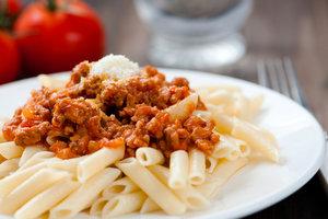 Рецепт быстрого ужина: макароны по-флотски с томатной пастой