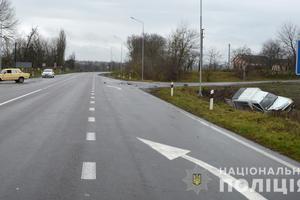 На Волыни автомобиль Renault слетел с дороги: пострадали три человека