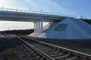 В Луганской области восстановили мост через железную дорогу, поврежденный во время войны: фото