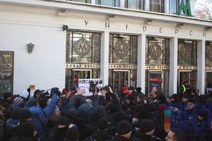 В Киеве радикалы сорвали марш трансгендеров: в ход пустили дым и слезоточивый газ (видео, фото)