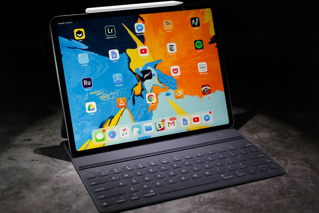 iPad Pro breaks into the hands of the slightest bend. Photo: Engadget