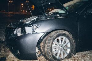 В Киеве таксист на Renault подрезал Toyota: авто остановилось над крутым обрывом