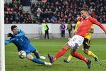 Харис Сеферович сравнивает счет в матче Швейцария - Бельгия. Фото AFP
