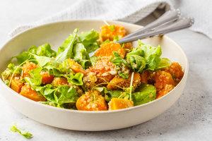 Полезный осенний салат из тыквы, киноа и зелени