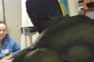 Халк проехался в метро Киева в качестве пассажира