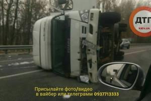 Возле Бучи на Варшавском шоссе ДТП: перевернулся грузовик