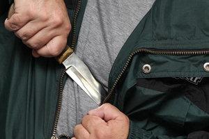 В Мелитополе пьяный мужчина бросался с ножом на охранника супермаркета