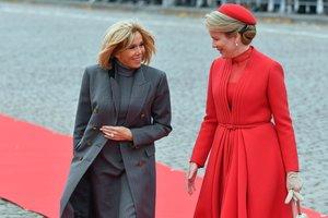 Красное и серое: королева Бельгии встретилась с Брижит Макрон