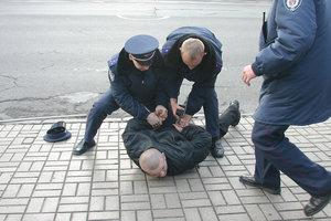 В киевском хостеле мужчина с ножом набросился на соседку