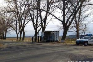 В Донецкой области грузовик сбил женщину на остановке и скрылся с места ДТП