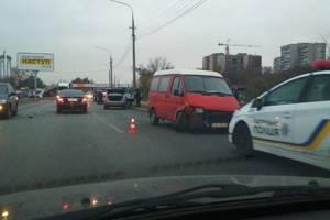 На набережной Запорожья микроавтобус врезался в легковушку: опубликованы фото