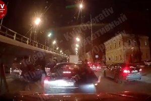 Разборки на дороге: на Набережной в Киеве толпа мужчин разбила автомобиль