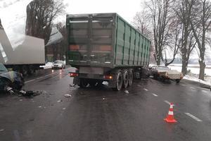 Жуткое ДТП под Винницей: столкнулись грузовик и легковушка, есть пострадавшие