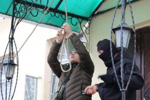 В Черкассах под суд принесли виселицу для подозреваемых в пытках и убийстве журналиста