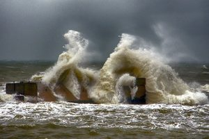 Штормовое море в Одессе: появились фото и видео с трехметровыми волнами