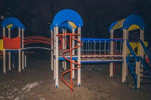 На дитячому майданчику в Києві знайшли тіло чоловіка