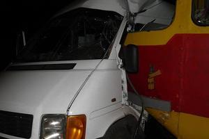 Зіткнення трамвая з маршруткою в Запоріжжі: в лікарню направили дев'ять осіб