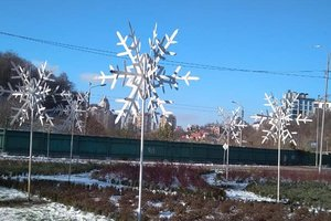 Свято наближається: на Печерську в Києві встановили гігантські сніжинки