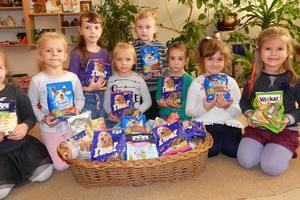 Установили рекорд: украинские школьники собрали 6 тонн корма для бездомных собак и котов