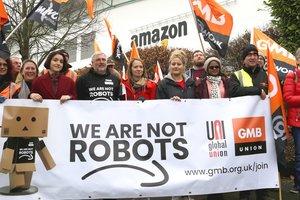 """""""Мы не роботы"""": сотни работников Amazon устроили забастовки в """"черную пятницу"""""""