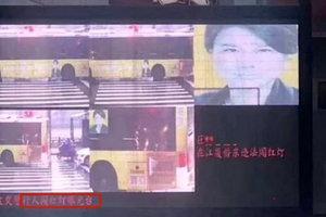 В Китае искусственный интеллект оштрафовал портрет на автобусе за переход дороги на красный свет