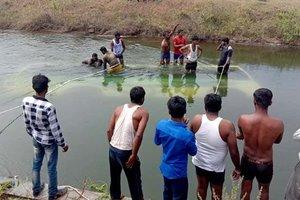В Индии пассажирский автобус упал в канал: десятки погибших