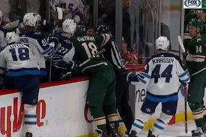 Во время матча НХЛ произошла массовая драка на скамейке запасных