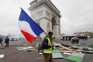 """Протесты """"желтых жилетов"""" во Франции: на улицы Парижа вышли тысячи людей"""