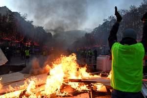 """Во Франции протесты """"желтых жилетов"""" связали с """"подругой Путина"""""""