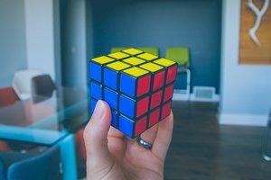 Третьеклассник из Черновцов собирает кубик Рубика за считанные секунды