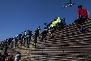 """Трамп угрожает закрыть границу с Мексикой из-за """"каравана мигрантов"""""""