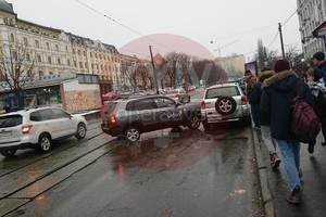 В Киеве водитель такси устроил ДТП и заблокировал движение трамваев