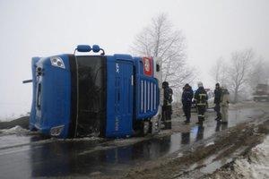 В Одесской области на трассе перевернулся грузовик: пострадал водитель