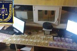"""В Черниговской области задержали таможенника: брал деньги за  """"евробляхи"""""""