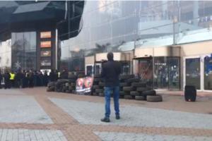 Акция протеста возле Ocean Plaza: активисты жгут файеры и принесли шины