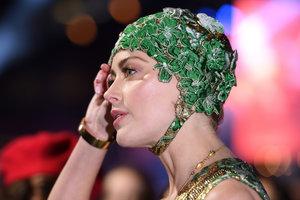 В кутюрном платье от Valentino и шапочке: эффектный выход Эмбер Херд
