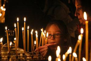 Христианское поведение в православной церкви: как правильно ставить свечи и совершать крестное знамение