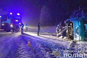 На Прикарпатье из-за снегопада  перевернулся автобус с пассажирами