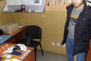 Украл сладости и носки: одесские копы задержали подростка, обокравшего магазин