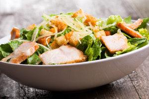 Салат Цезарь: простой рецепт с жареной курицей и гренками