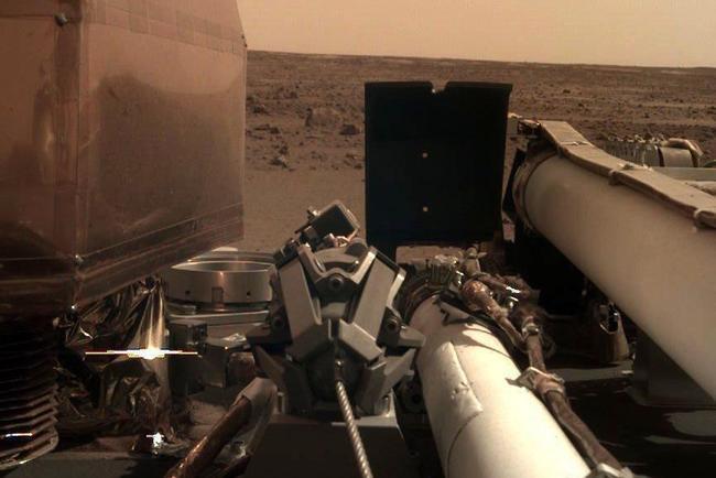 InSight apparatus photographed himself. Credit: NASA