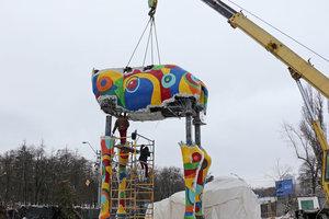 Возле Киевского зоопарка монтируют 15-метрового жирафа-гиганта