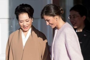 В длинном пудровом пальто: нежный образ королевы Летиции