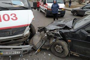 Тройное ДТП в Одессе: столкнулись две легковушки и скорая помощь