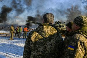 Держать порох сухим: о чем Порошенко говорил с генералами и солдатами на полигоне в Десне, фото
